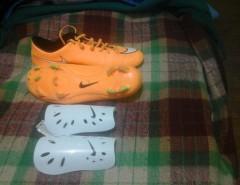 973e43f0e3c63 zapatos de futbol y canilleras
