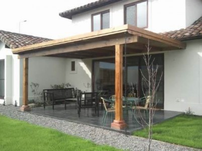 Cobertizos de madera terrazas en terreno trabajamos 1 for Casas con cobertizos